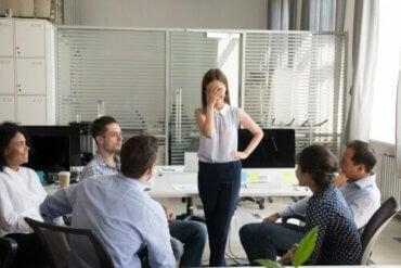 딜버트의 법칙: 왜 무능력한 직원이 승진할까?