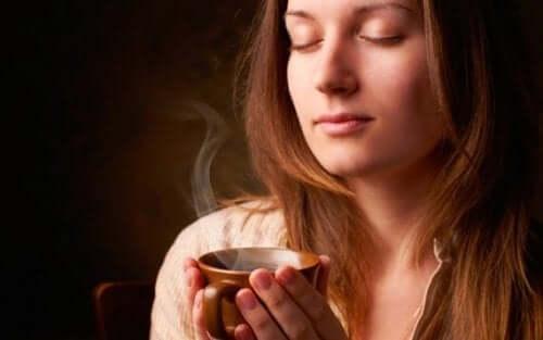 커피-컵-과-여자