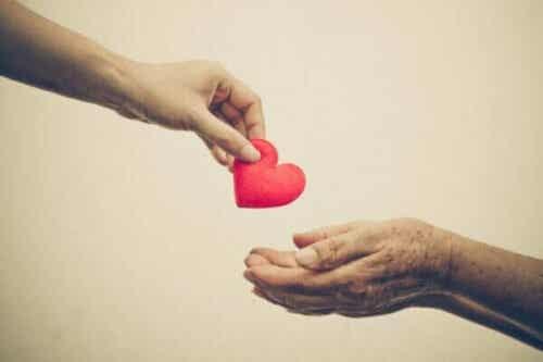 공감이나 불안감 때문에 남을 돕는 친사회적 행동을 할까?