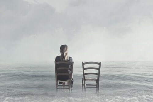 의자-에-앉아-있는-여자