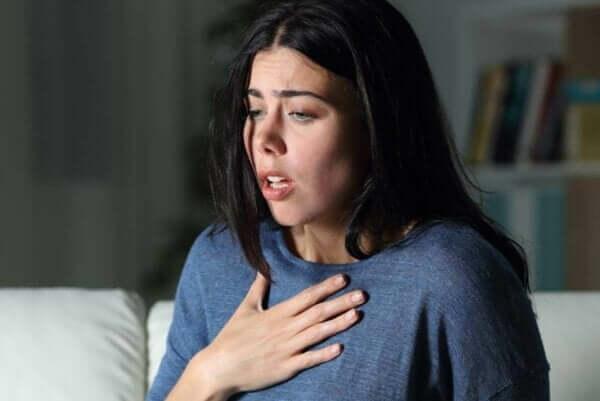 공황-발작-을-겪는-여성