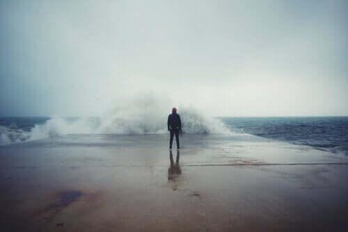 바다-앞-의-남성